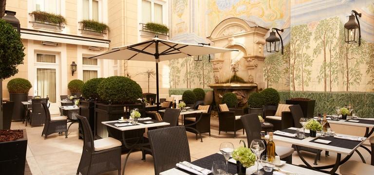 Castille-Paris_Courtyard_3-HP.2ee05854b1bc1c258162a13b3b83bf0c