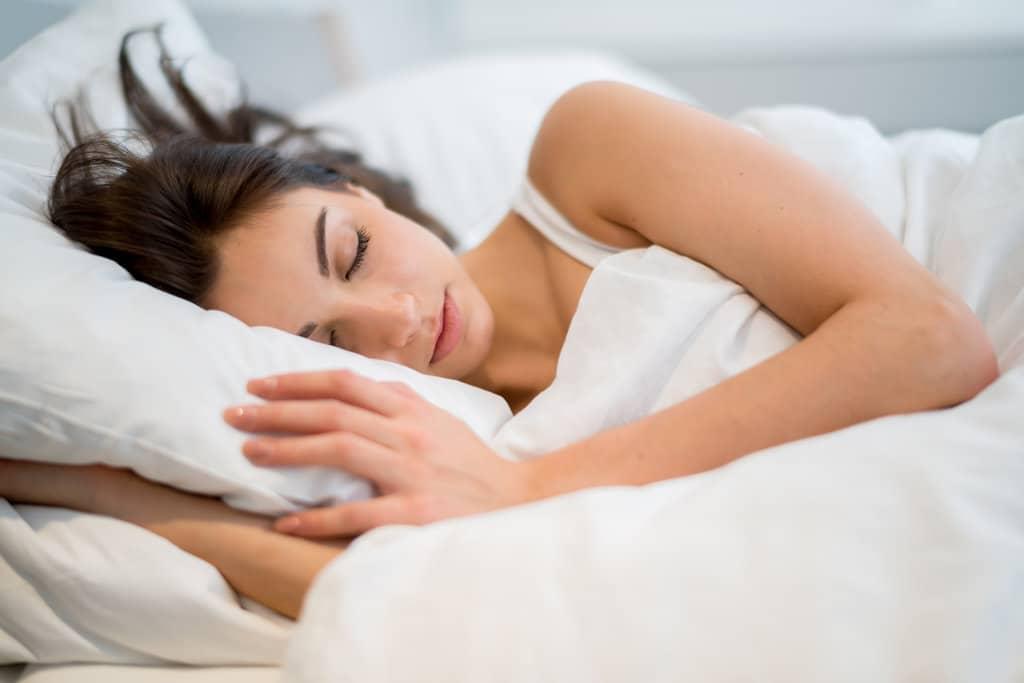 Dormir avec de la lumière favoriserait la prise de poids chez les femmes