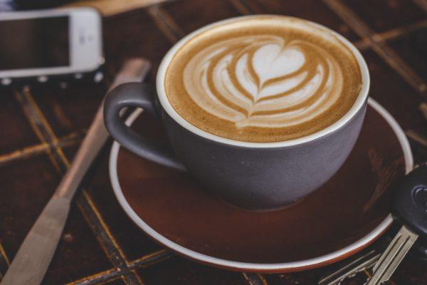 café latte dans une tasse