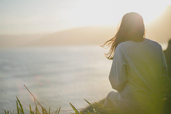 Jeune femme admirant la vue et méditant en pleine nature