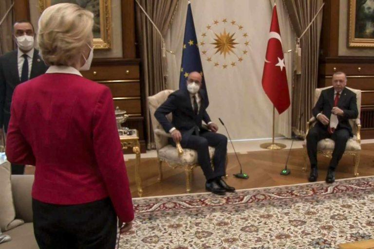 Capture d'écran d'une vidéo montrant Recep Tayyip Erdogan (à droite), et Ursula von der Leyen (debout), à Ankara, le 6 avril. - / AFP