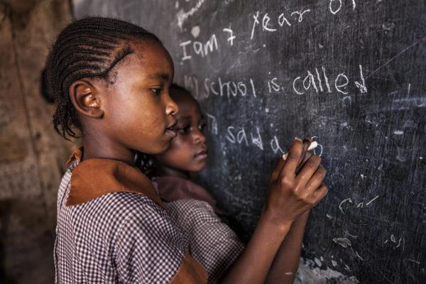Prolonger l'éducation des jeunes filles permettrait de réduire les infections au VIH